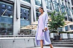 Προκλητικό όμορφο παλτό μόδας ένδυσης γυναικών brunette γυναικών makeup Στοκ Εικόνα