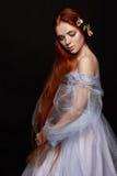 Προκλητικό όμορφο redhead κορίτσι με μακρυμάλλη στο βαμβάκι φορεμάτων αναδρομικό μαύρη γυναίκα πορτρέτου αν βαθιά μάτια ομορφιά φ Στοκ Εικόνα