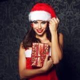 Προκλητικό δώρο Χριστουγέννων εκμετάλλευσης γυναικών santa brunette Στοκ Εικόνες