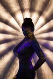 Προκλητικό nude κορίτσι με το καμμένος σχέδιο κάτω από το UV φως Στοκ εικόνες με δικαίωμα ελεύθερης χρήσης