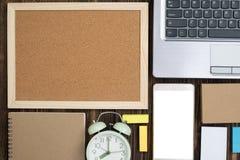 Προμήθειες γραφείων ή ουσιαστικά εργαλεία ή θέματα εργασίας γραφείων στο woode Στοκ εικόνες με δικαίωμα ελεύθερης χρήσης