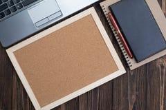 Προμήθειες γραφείων ή ουσιαστικά εργαλεία ή θέματα εργασίας γραφείων στο woode Στοκ Εικόνες