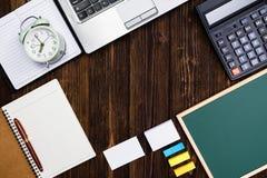 Προμήθειες γραφείων ή ουσιαστικά εργαλεία ή θέματα εργασίας γραφείων στο woode Στοκ Εικόνα