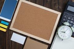 Προμήθειες γραφείων ή ουσιαστικά εργαλεία ή θέματα εργασίας γραφείων στο woode Στοκ Φωτογραφία