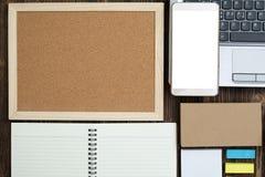 Προμήθειες γραφείων ή ουσιαστικά εργαλεία ή θέματα εργασίας γραφείων στο woode Στοκ φωτογραφία με δικαίωμα ελεύθερης χρήσης