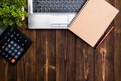 Προμήθειες γραφείων ή ουσιαστικά εργαλεία ή θέματα εργασίας γραφείων στο woode Στοκ Φωτογραφίες