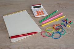 Προμήθειες γραφείων, επιχειρησιακά εξαρτήματα, δείκτες και σημειωματάριο στον ξύλινο πίνακα Στοκ φωτογραφίες με δικαίωμα ελεύθερης χρήσης