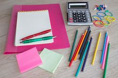 Προμήθειες γραφείων, επιχειρησιακά εξαρτήματα, εργαλεία γραφείων στον πίνακα Στοκ φωτογραφία με δικαίωμα ελεύθερης χρήσης