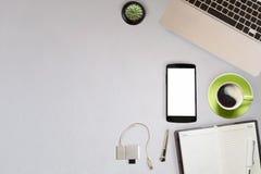 Προμήθειες γραφείων με τα εργαλεία γραφείων και συσκευές με το copyspace Στοκ Εικόνα