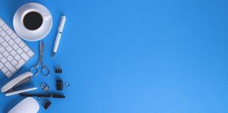 Προμήθειες γραφείων στην μπλε ανασκόπηση στοκ φωτογραφία με δικαίωμα ελεύθερης χρήσης