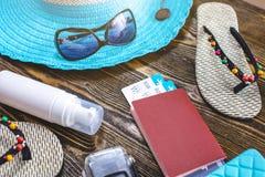 Προμήθειες διακοπών ταξιδιού: καπέλο, γυαλιά ηλίου, πτώσεις κτυπήματος, εισιτήρια διαβατηρίων και αερογραμμών στο παλαιό ξύλινο υ στοκ εικόνα