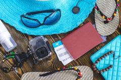 Προμήθειες διακοπών ταξιδιού: καπέλο, γυαλιά ηλίου, πτώσεις κτυπήματος, διαβατήριο καμερών και εισιτήρια αερογραμμών στο παλαιό ξ στοκ εικόνες