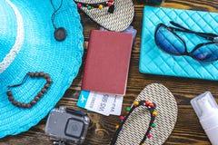Προμήθειες διακοπών ταξιδιού: καπέλο, γυαλιά ηλίου, πτώσεις κτυπήματος, διαβατήριο καμερών και εισιτήρια αερογραμμών στο παλαιό ξ στοκ εικόνα με δικαίωμα ελεύθερης χρήσης
