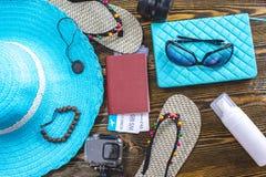 Προμήθειες διακοπών ταξιδιού: καπέλο, γυαλιά ηλίου, πτώσεις κτυπήματος, διαβατήριο καμερών και εισιτήρια αερογραμμών στο παλαιό ξ στοκ φωτογραφία με δικαίωμα ελεύθερης χρήσης