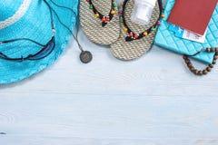 Προμήθειες διακοπών ταξιδιού: καπέλο, γυαλιά ηλίου, πτώσεις κτυπήματος, διαβατήριο καμερών στο μπλε υπόβαθρο Μετάβαση σε ένα ταξί στοκ εικόνα με δικαίωμα ελεύθερης χρήσης