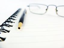 Προμήθειες και γυαλιά γραφείων Στοκ Εικόνα