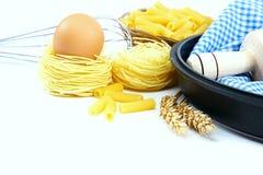 Προμήθειες και συστατικά για το ψήσιμο ή την παραγωγή των ζυμαρικών Στοκ Φωτογραφίες