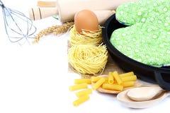Προμήθειες και συστατικά για το ψήσιμο ή την παραγωγή των ζυμαρικών στη λευκιά ΤΣΕ Στοκ φωτογραφία με δικαίωμα ελεύθερης χρήσης