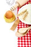Προμήθειες και συστατικά για το ψήσιμο ή την παραγωγή των ζυμαρικών Στοκ εικόνα με δικαίωμα ελεύθερης χρήσης