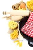 Προμήθειες και συστατικά για το ψήσιμο ή την παραγωγή των ζυμαρικών στη λευκιά ΤΣΕ Στοκ εικόνες με δικαίωμα ελεύθερης χρήσης