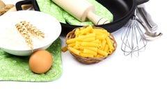 Προμήθειες και συστατικά για το ψήσιμο ή την παραγωγή των ζυμαρικών στη λευκιά ΤΣΕ Στοκ Εικόνες