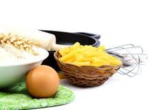 Προμήθειες και συστατικά για το ψήσιμο ή την παραγωγή των ζυμαρικών Στοκ Φωτογραφία