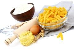 Προμήθειες και συστατικά για το ψήσιμο ή την παραγωγή των ζυμαρικών στη λευκιά ΤΣΕ Στοκ Φωτογραφίες
