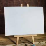 προμήθειες τέχνης Βούρτσες, easel, έγγραφο Θέση για το κείμενό σας Χλεύη επάνω στη φωτογραφία Στοκ φωτογραφίες με δικαίωμα ελεύθερης χρήσης