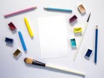 Προμήθειες τέχνης σημειωματάριων και ζωγραφικής της Λευκής Βίβλου Το ζωηρόχρωμο καλλιτεχνικό επίπεδο βάζει στο άσπρο υπόβαθρο Στοκ Εικόνες
