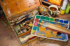 Προμήθειες τέχνης στο ατελιέ στοκ εικόνα με δικαίωμα ελεύθερης χρήσης