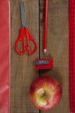 Προμήθειες της Apple και σχολείων στον ξύλινο πίνακα Στοκ εικόνες με δικαίωμα ελεύθερης χρήσης