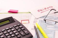 Προμήθειες φορολογικών προετοιμασιών, διαβάζοντας τα γυαλιά και τις φορολογικές μορφές Στοκ Εικόνα