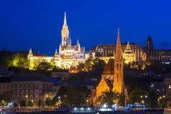Προμαχώνας ψαράδων ` s και καλβινιστής εκκλησία τη νύχτα, Βουδαπέστη, Ουγγαρία Στοκ Φωτογραφίες