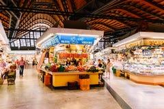 Προμηθευτές που πωλούν τα προϊόντα αγοράς σε Santa Catarina Mercado της πόλης της Βαρκελώνης στοκ εικόνες με δικαίωμα ελεύθερης χρήσης