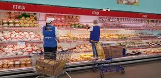Προμηθευτές προϊόντα στο τμήμα κρέατος στην υπεραγορά στοκ εικόνες