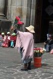 Προμηθευτής λουλουδιών στην εκκλησία του Σαν Φρανσίσκο, παλαιά πόλη του Κουίτο στοκ εικόνα