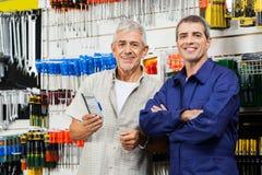 Προμηθευτής με τη στάση πελατών στο κατάστημα υλικού στοκ φωτογραφία με δικαίωμα ελεύθερης χρήσης