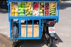 Προμηθευτής νωπών καρπών στις οδούς Kanchanaburi, Ταϊλάνδη Στοκ Φωτογραφία
