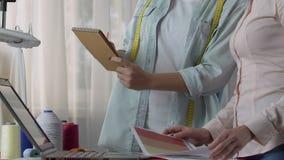 Προμηθευτής που διατάζει τη συλλογή εξαρτημάτων, επιλέγοντας τα χρώματα, που κάνουν μια διαπραγμάτευση φιλμ μικρού μήκους