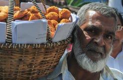 Προμηθευτής που πωλεί τα φρέσκα λαχανικά και τα φρούτα Στοκ Φωτογραφίες