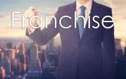 Προνόμιο γραψίματος επιχειρηματιών στην εικονική οθόνη στοκ εικόνες