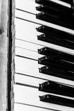 Προοπτική κινηματογραφήσεων σε πρώτο πλάνο κουμπιών πιάνων σε γραπτό Στοκ Φωτογραφία