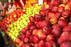 προοπτική σωρών μήλων ακατέ&r Στοκ Φωτογραφία