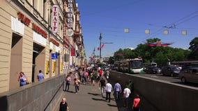 Προοπτική Nevsky Άγιος-Πετρούπολη Οι άνθρωποι πηγαίνουν κατά μήκος της λεωφόρου 4K φιλμ μικρού μήκους