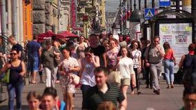 Προοπτική Nevsky Άγιος-Πετρούπολη Οι άνθρωποι πηγαίνουν κατά μήκος της λεωφόρου διαφήμιση 4K φιλμ μικρού μήκους