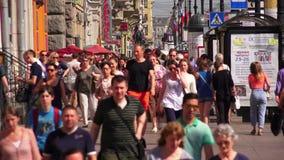 Προοπτική Nevsky Άγιος-Πετρούπολη Οι άνθρωποι πηγαίνουν κατά μήκος της λεωφόρου Σε αργή κίνηση 4K φιλμ μικρού μήκους