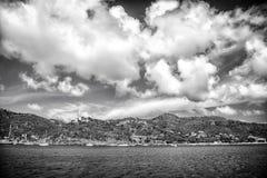 Προορισμός διακοπών ενώ το ταξίδι και wanderlust η ακτή βουνών στην μπλε θάλασσα στο νεφελώδη ουρανό στο gustavia, stbarts στοκ εικόνες