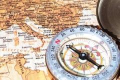 Προορισμός Ιταλία, αρχαίος χάρτης ταξιδιού με την εκλεκτής ποιότητας πυξίδα Στοκ Φωτογραφίες