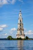 Προορισμός ταξιδιού στο πλημμυρισμένο Kalyazin καμπαναριό ποταμών του Βόλγα του καθεδρικού ναού Άγιου Βασίλη στοκ εικόνες με δικαίωμα ελεύθερης χρήσης