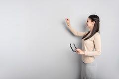 Προοδευτικός δάσκαλος που γράφει στον πίνακα στοκ εικόνες με δικαίωμα ελεύθερης χρήσης